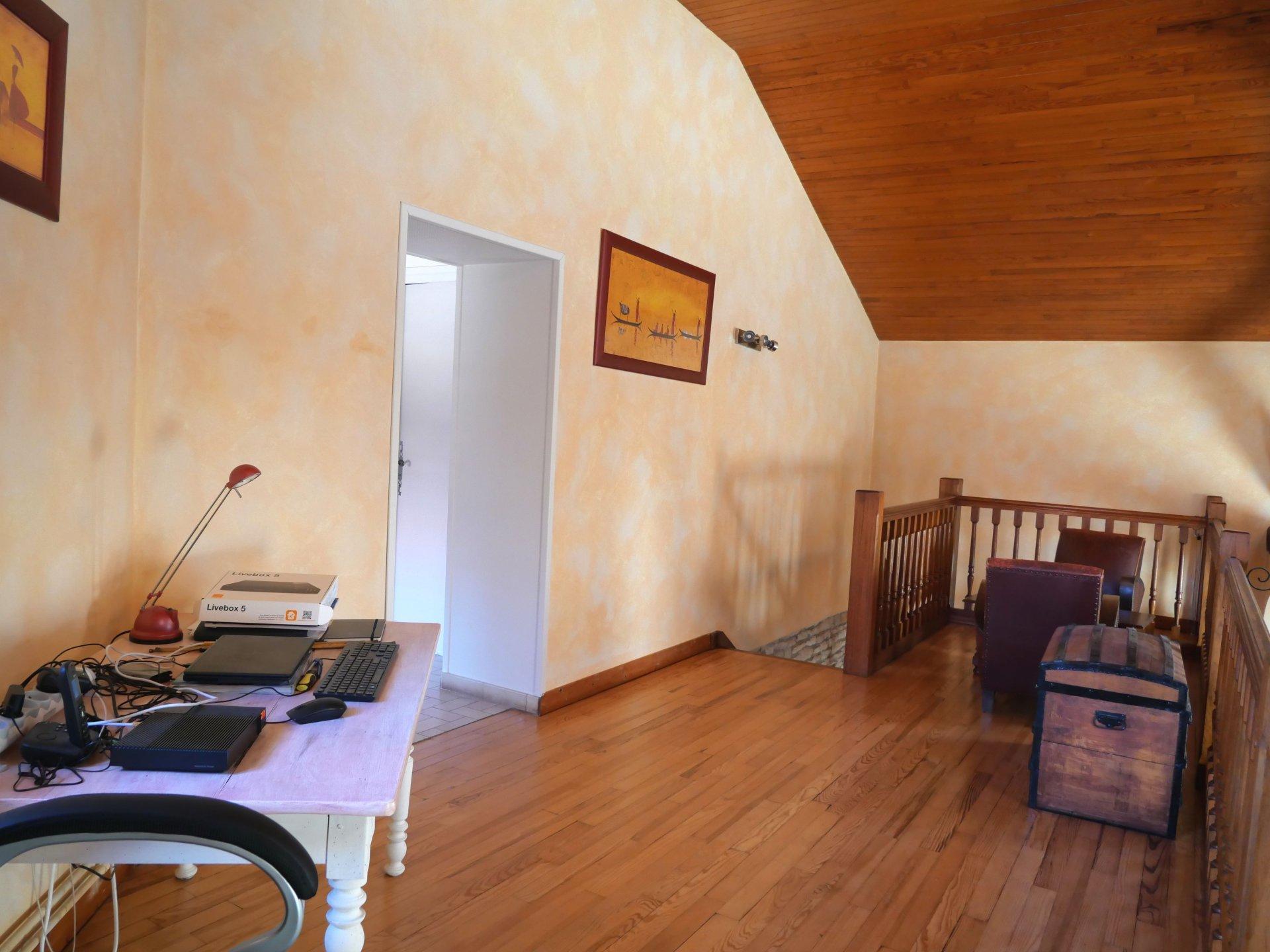 SOUS COMPROMIS  Saint Gengoux de Scissé, située dans un petit hameau au calme, venez découvrir le charme de cette très belle maison en pierre de 165 m². Elle dispose d'une spacieuse pièce de vie avec sa cheminée, d'une cuisine équipée, d'une arrière cuisine avec son cellier et un toilette. Le coin nuit offre trois grandes chambres, une salle de bains (douche et baignoire), un toilette, une vaste de mezzanine, grenier aménageable de 50 m².  Des dépendances complètent ce bien: une maison d'amie de 50 m², un atelier, un grand garage et un caveau Le tout est implanté sur un terrain de 660 m². Coup de c?ur assuré!  Honoraires à la charge du vendeur.
