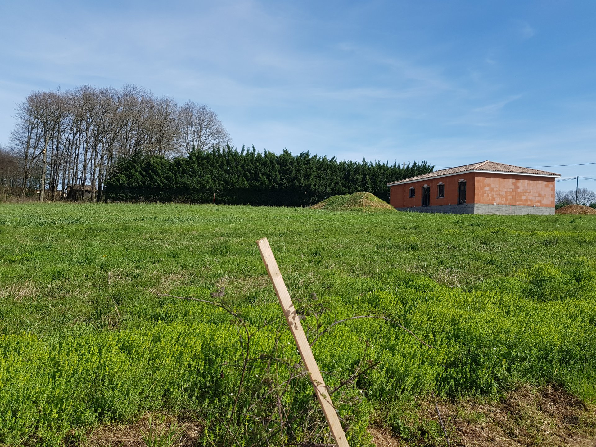 A Mondavezan, terrain constructible de 2002 m² avec permis de construire