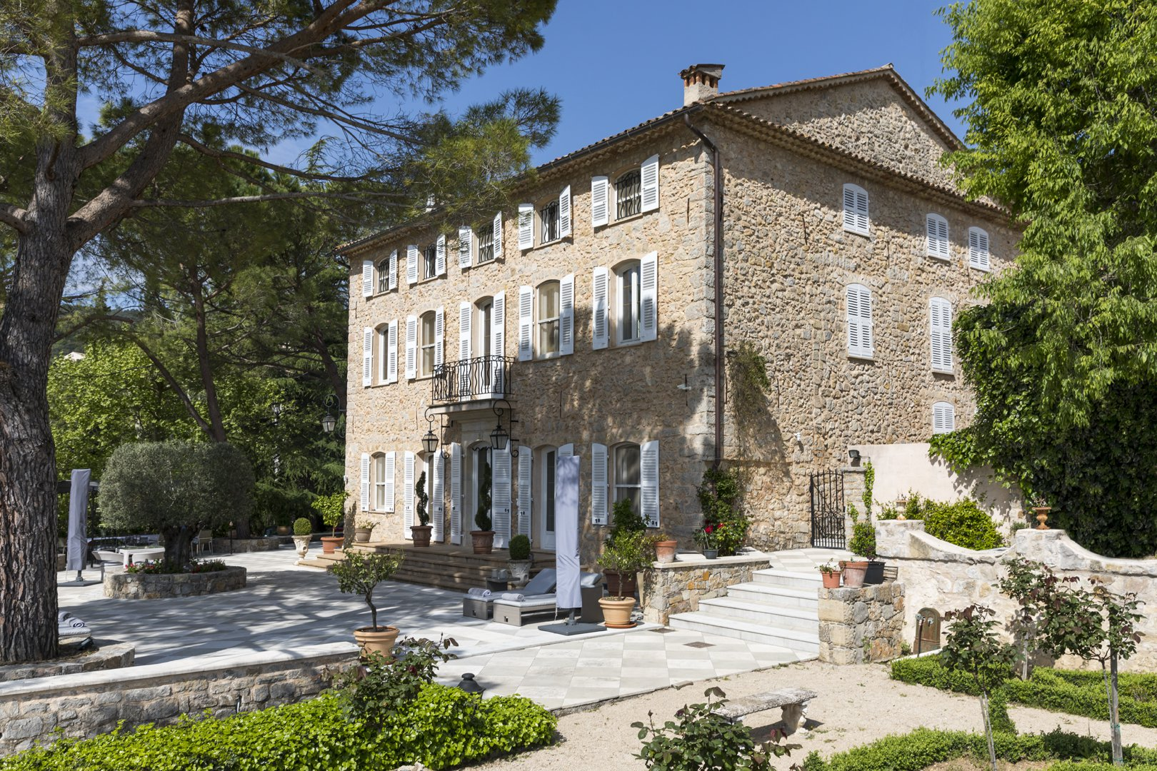 Close to the golf Terre Blanche a superb bastide in stone