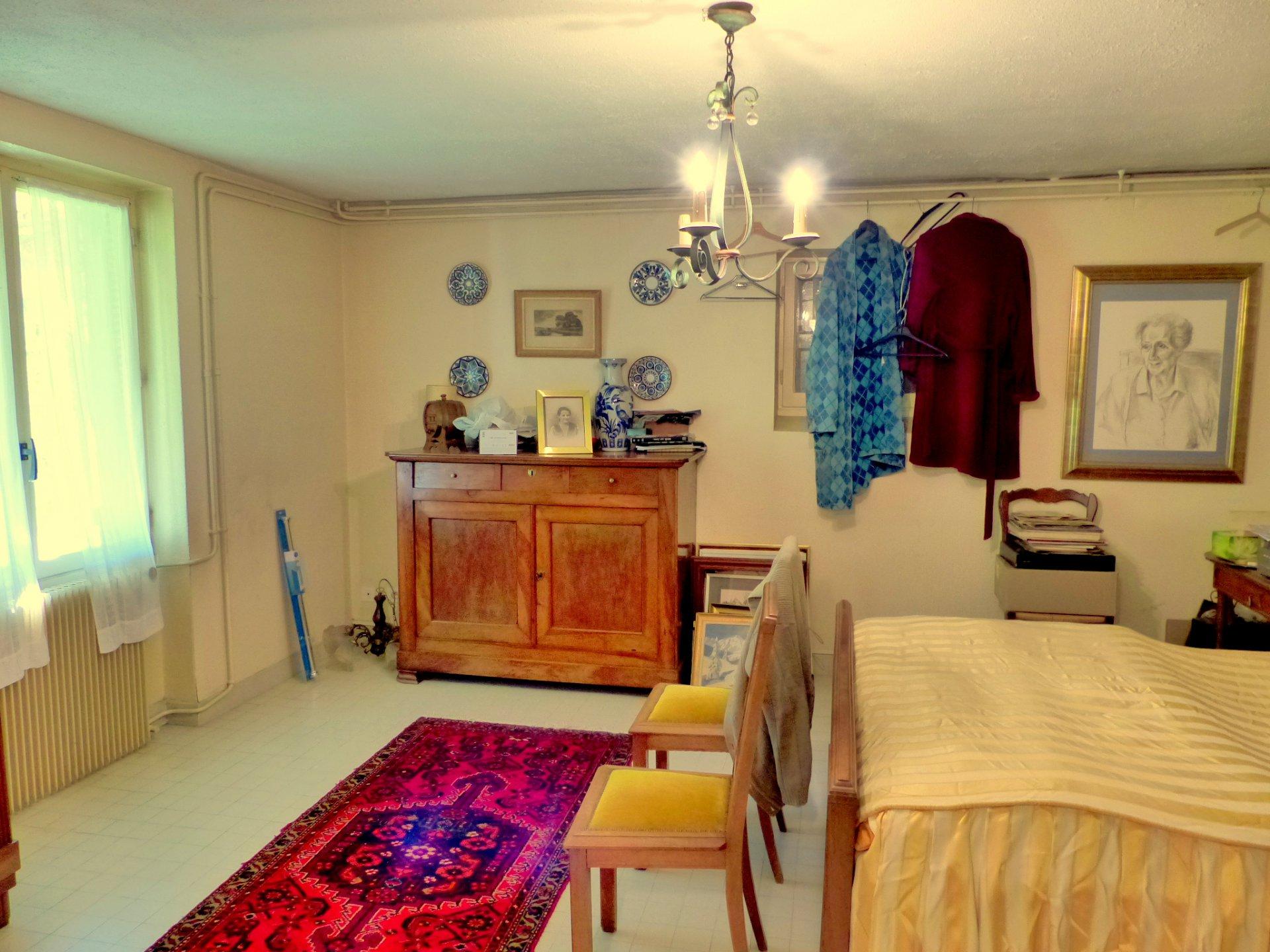 VISITE VIRTUELLE A 360° SUR NOTRE SITE INTERNET! A Charnay les Mâcon, maison bourgeoise dans environnement prisé. En position dominante et avec vue panoramique sur la ville et les alentours, elle se compose de 9 pièces très lumineuses. En rez de jardin, superbe salle à manger avec cheminée, donnant sur une terrasse surplombant le jardin, salon, cuisine, trois chambres, lingerie et salle de bain. Au sous-sol, qui est semi enterré, vous trouverez trois belles caves et une partie réaménagée se composant d'une cuisine, salle d'eau, buanderie et de deux chambres de plus de 20 m² donnant sur une seconde terrasse (accès indépendant). Construite dans un style bourgeois, elle dispose de beaucoup de charme et d'un beau potentiel (possibilité gites, chambres d'hôtes ou encore profession libérale).  Opportunité à ne surtout pas manquer ! VISITE VIRTUELLE A 360° SUR NOTRE SITE INTERNET! Honoraires à charge vendeurs.