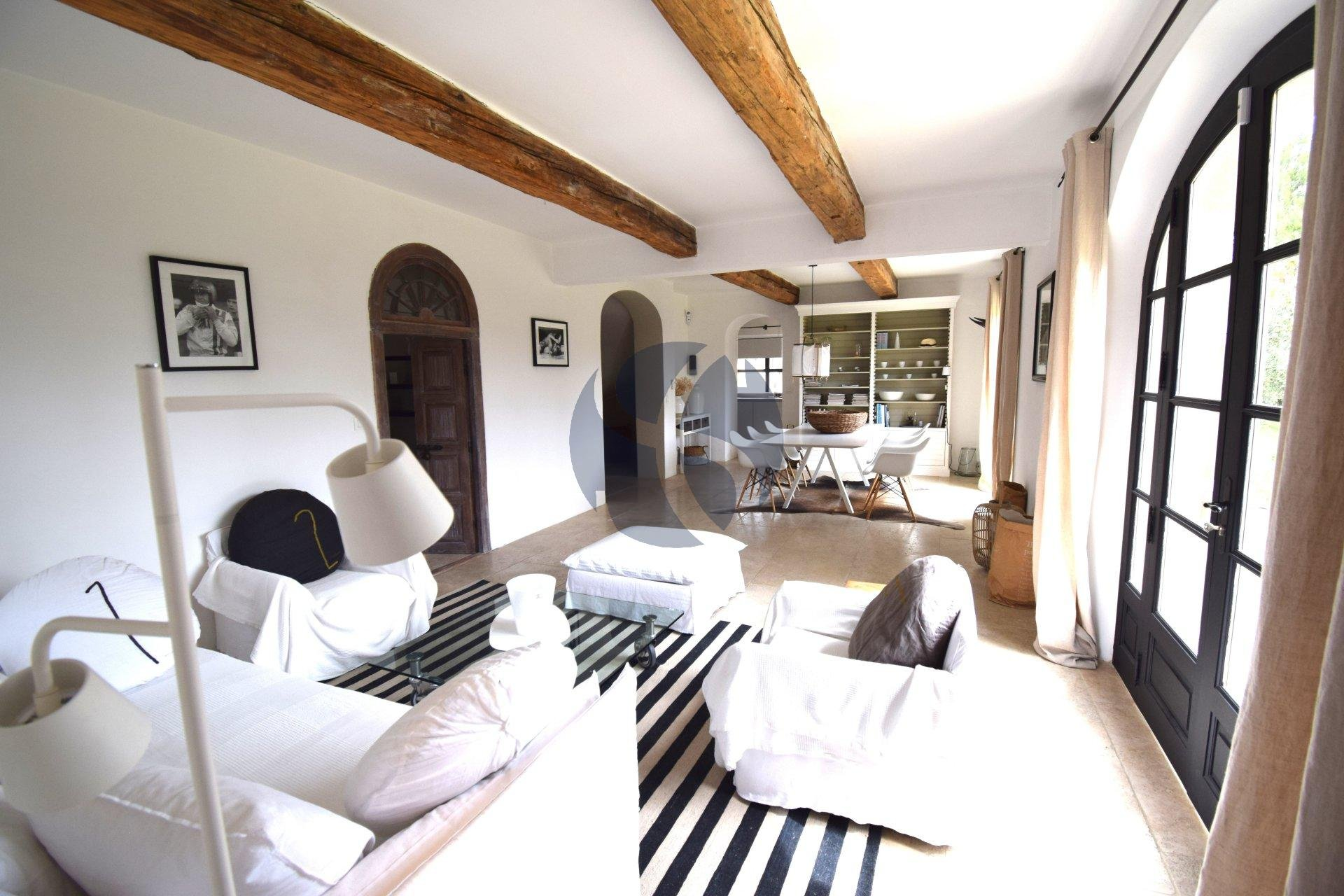 Magnificent villa close to Paradou village centre