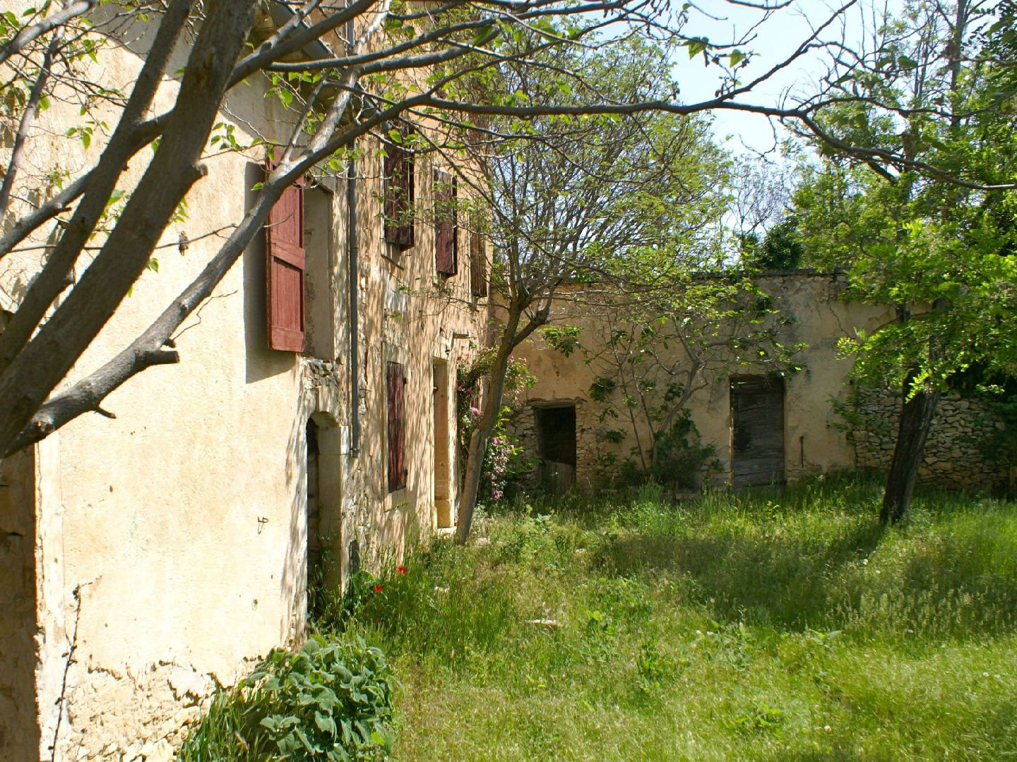 old property to renovate at the foot of the village