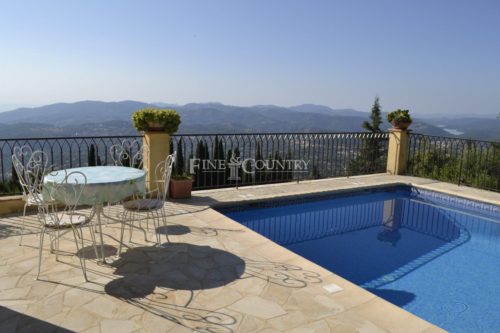 Swimming pool, panoramic views, lake and sea