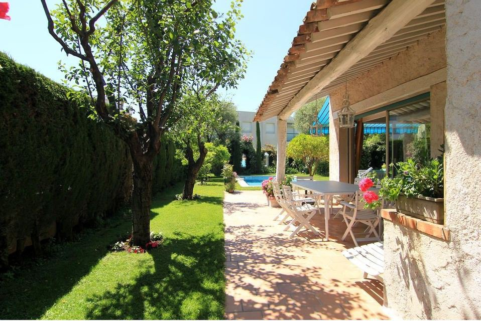 BEAUTIFUL CHARMING PROVENCAL VILLA AT 300 METERS FROM THE BEACH