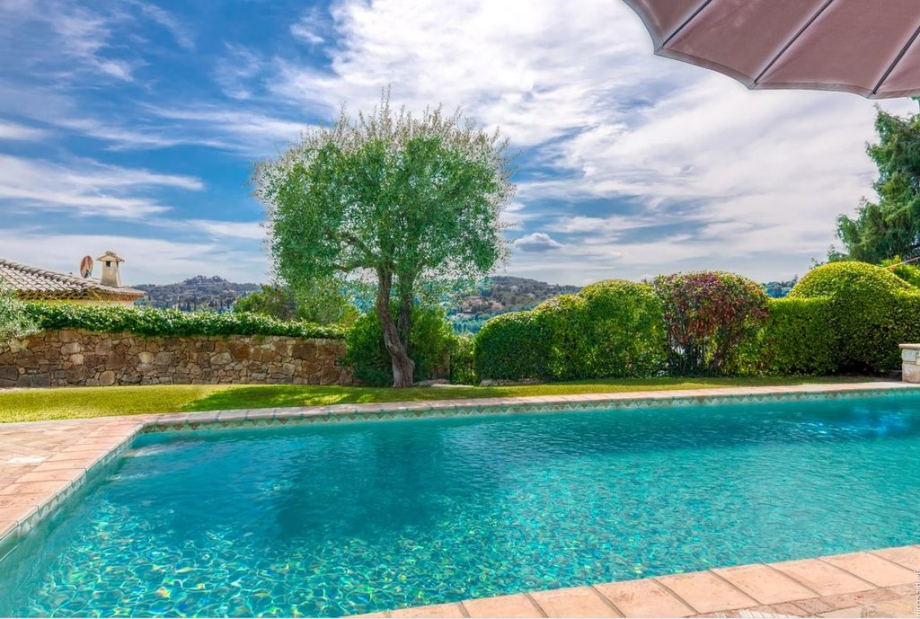 PROVENCAL VILLA WITH A LOT OF CHARM LOCATED AT ONLY 100 METERS FROM THE VALBONNE VILLAGE