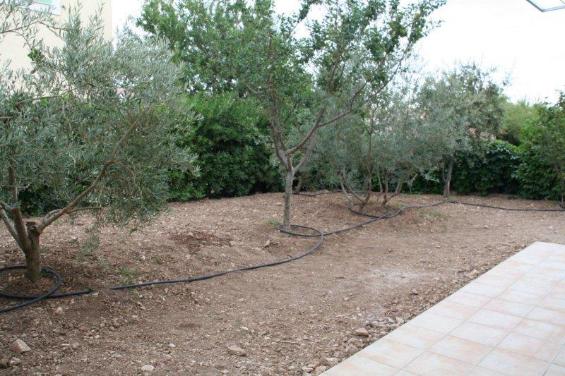 VILLA mitoyenne 2 chambres  avec jardin à la LA-FARE-LES-OLIVIERS
