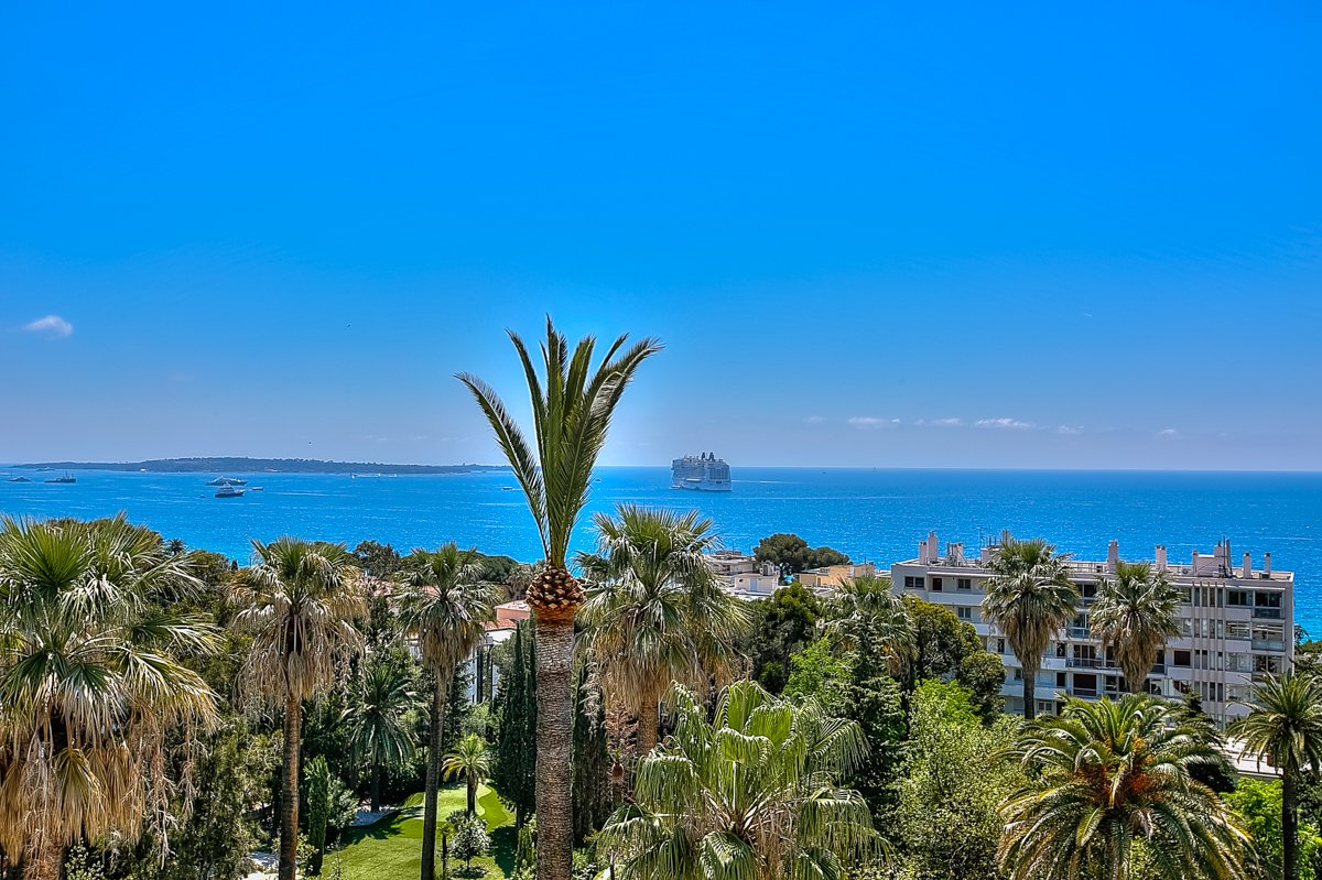 CANNES - Top floor in turn of century building with breathtaking sea view. French unique living