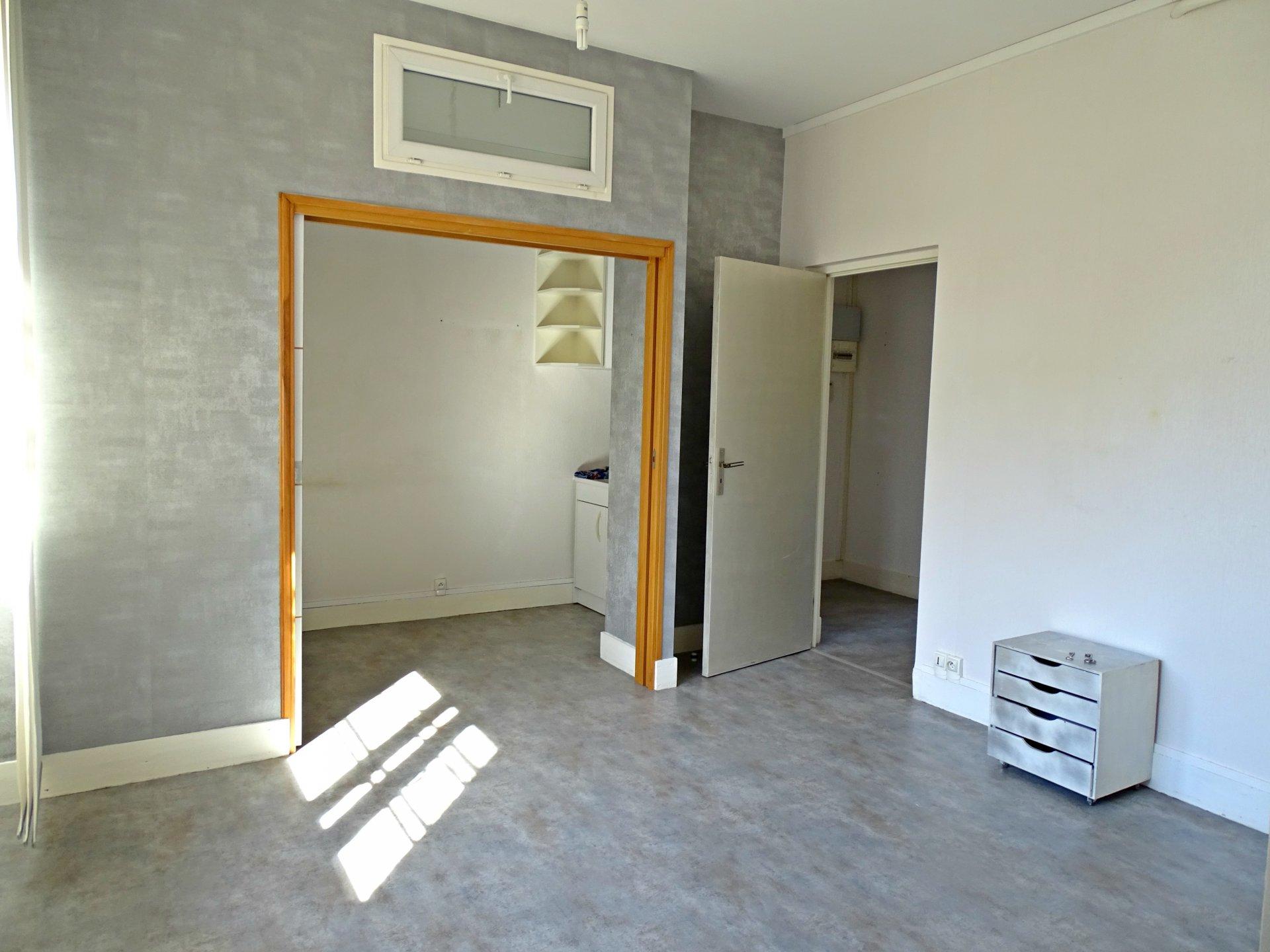 Charnay lès Mâcon, dans une résidence de standing sécurisée, venez découvrir cet appartement offrant une surface habitable de 67 m² environ avec cave et garage. Il dispose d'une lumineuse pièce de vie, espace cuisine indépendant, salle d'eau avec toilette, et deux chambres. Faibles charges de copropriétés. Emplacement idéal, à visiter sans tarder. Honoraires à la charge des vendeurs.