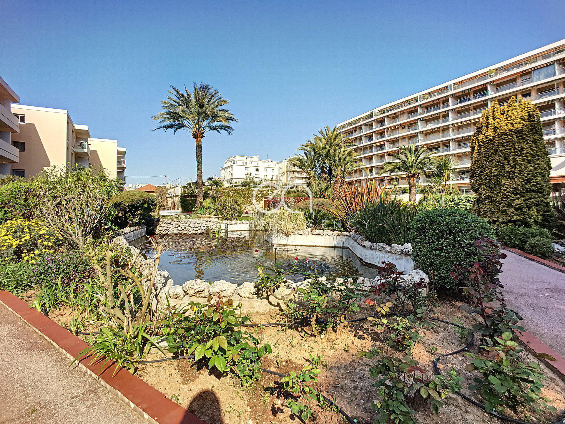 For sale Cannes Basse Californie - Studio on the last floor with sea view.