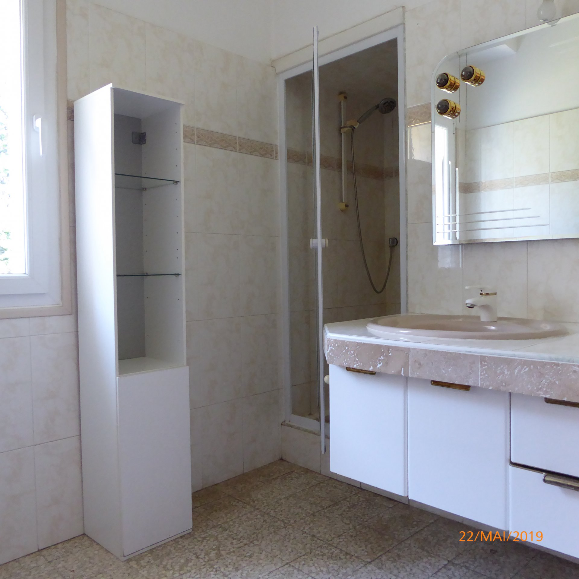 In the countryside, without any nuisance, nice farmhouse adjoining land with 5 bedrooms, a kitchen