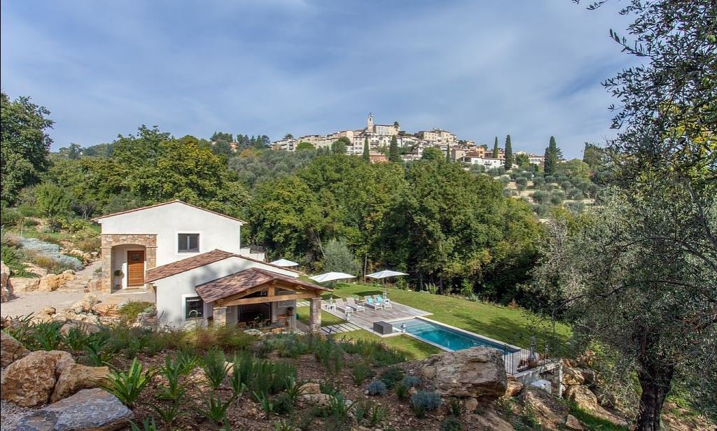 MODERN PROVENÇAL VILLA WITH A SUPERB VIEW ON THE OLD VILLAGE