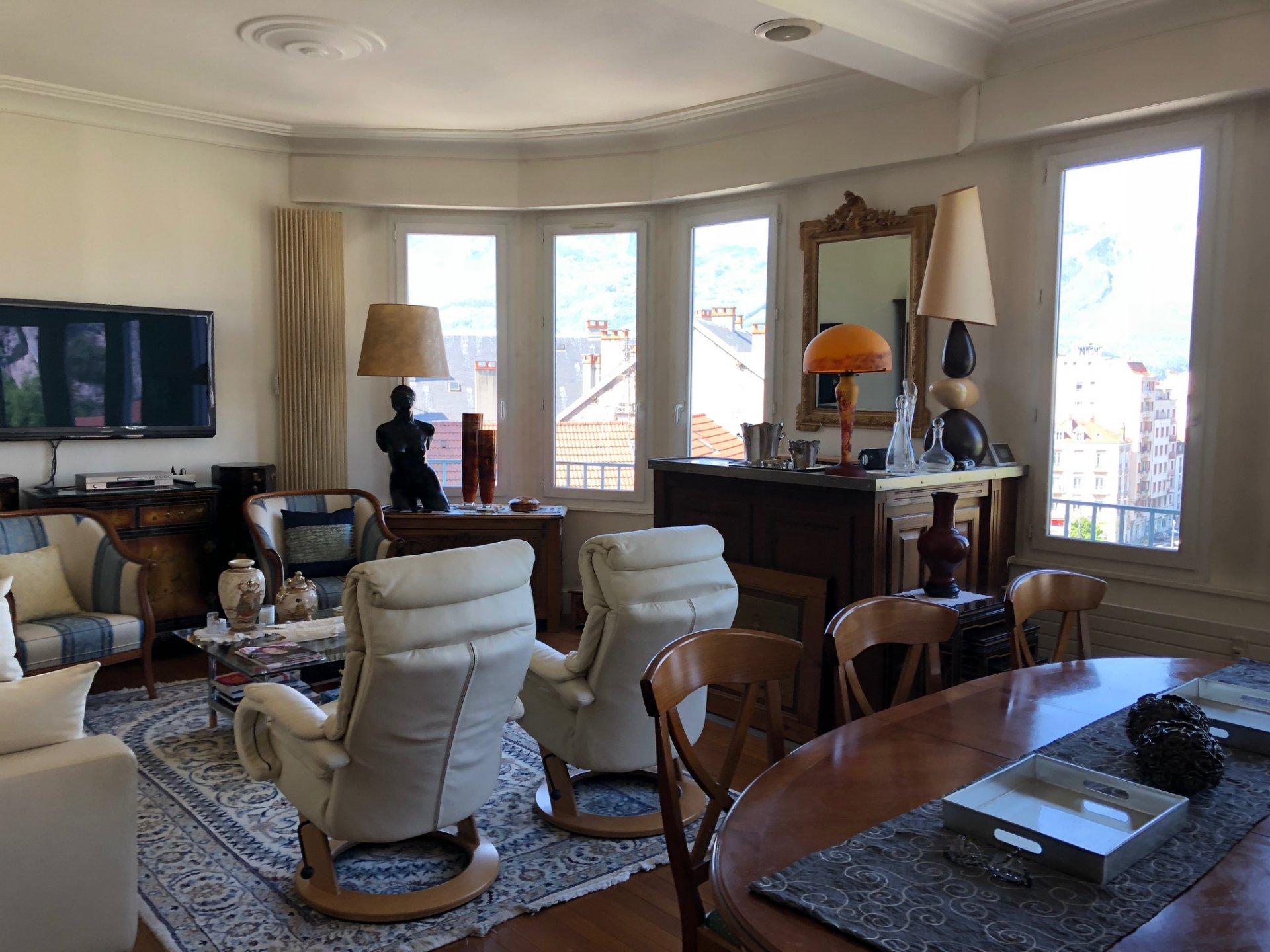 Salon avec parquet et grandes fenêtres