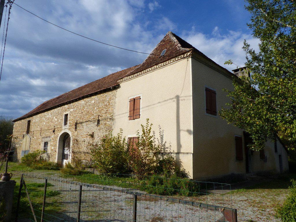 Near NAVARRENX - A Béarnaise Farmhouse with large barn to renovate.