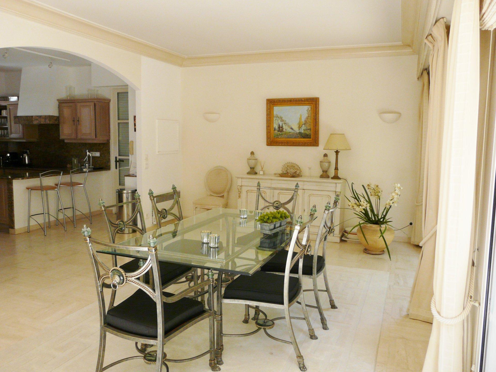 Dining room, kitchen bar, tile