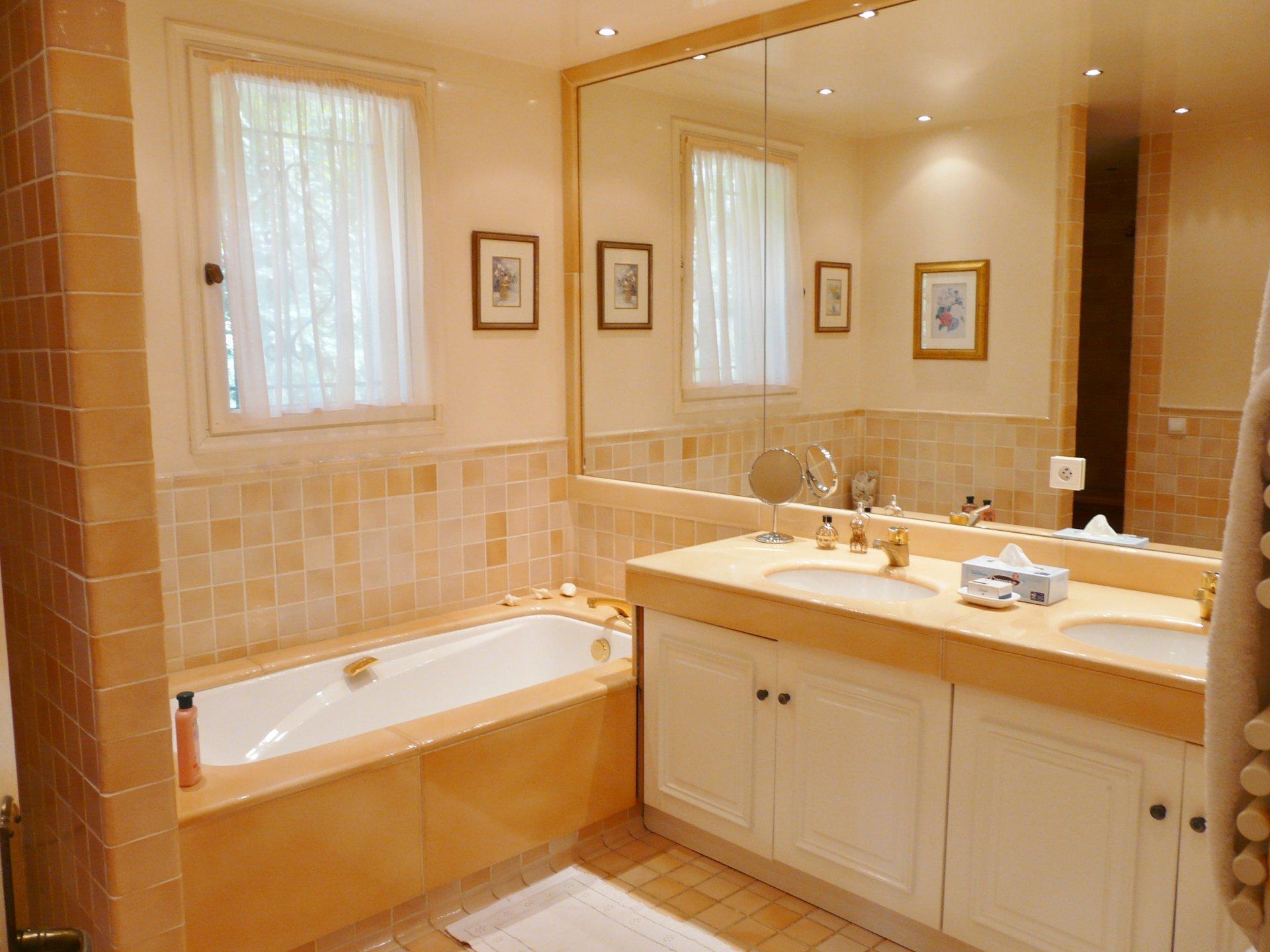 Salle de bains, lumière naturelle, carrelage,
