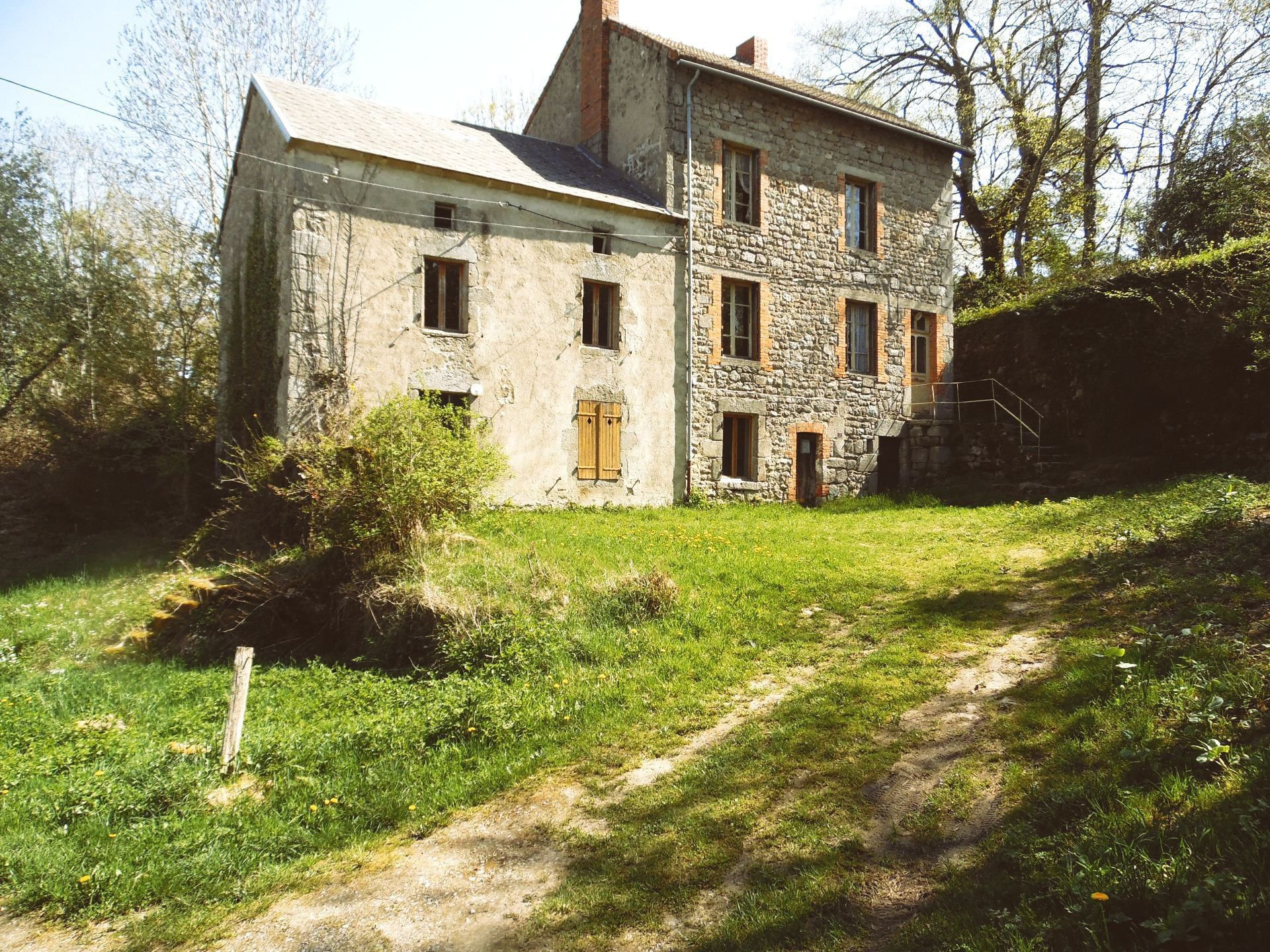 For sale a property of 2 houses with land (1843m²)