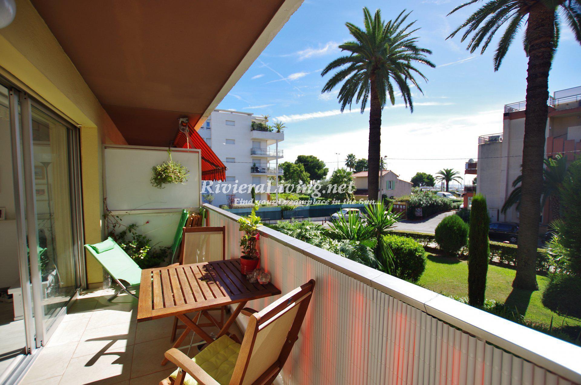 Perfect location, only 100 meters from the sea and the marina, for this one bedroom apartment with pool and large terrace.