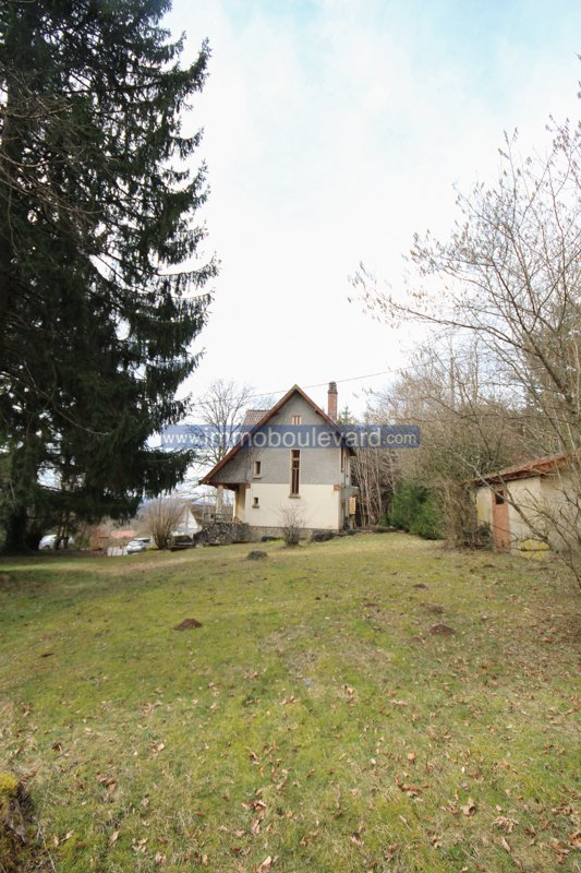 Lac des Settons - characteristic house with large garden