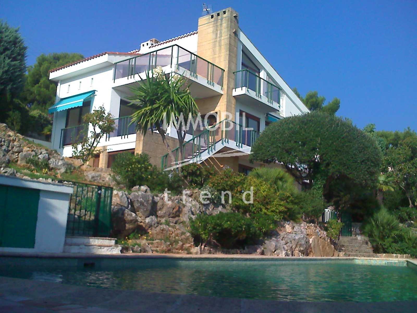 Immobiliare Roquebrune Cap Martin - Quartiere Torraca, villa d'architetto con piscina e vista mare panoramica