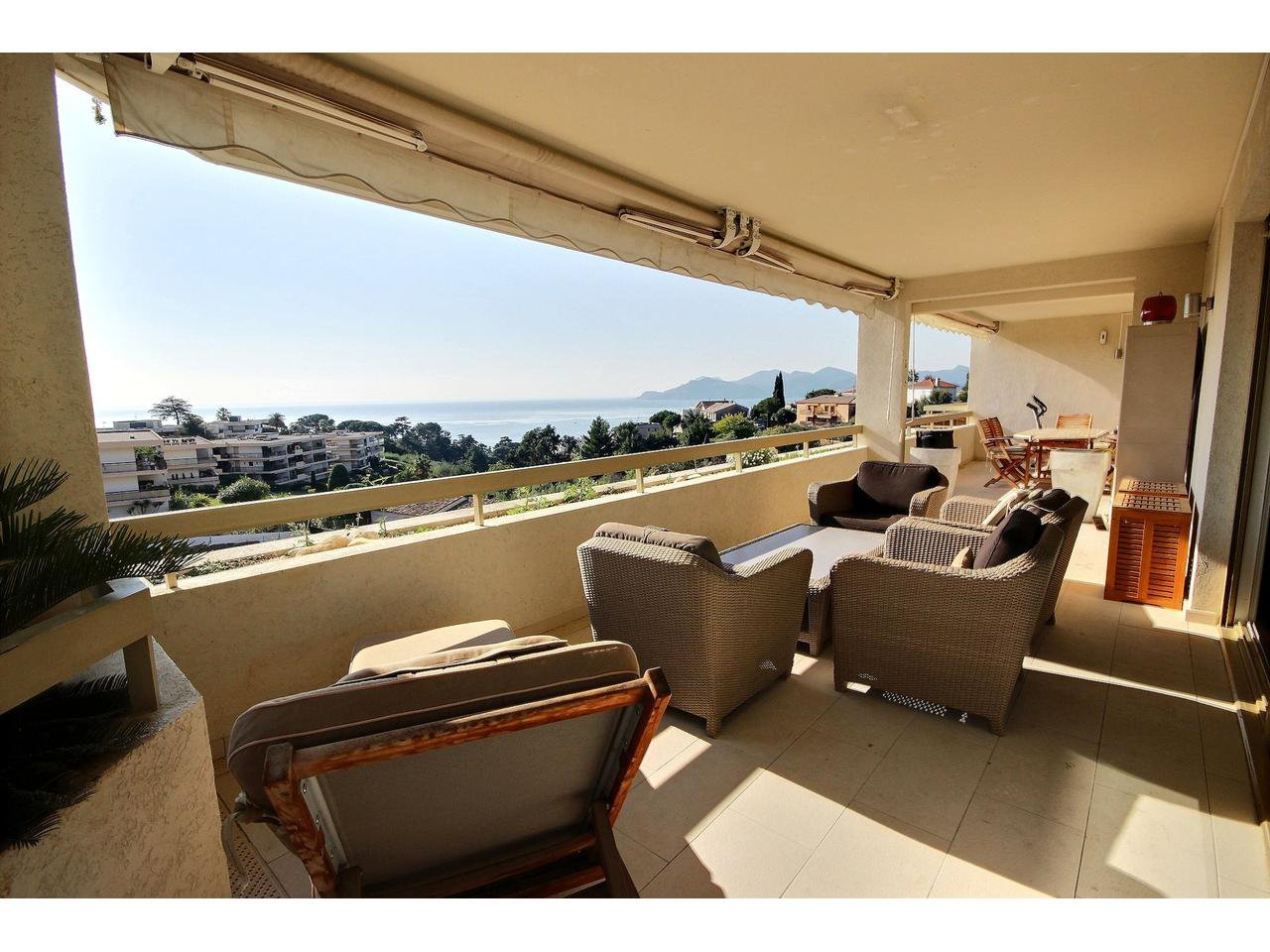 3 bedroom apartment for sale in Cannes Croix des Gardes with panoramic sea view