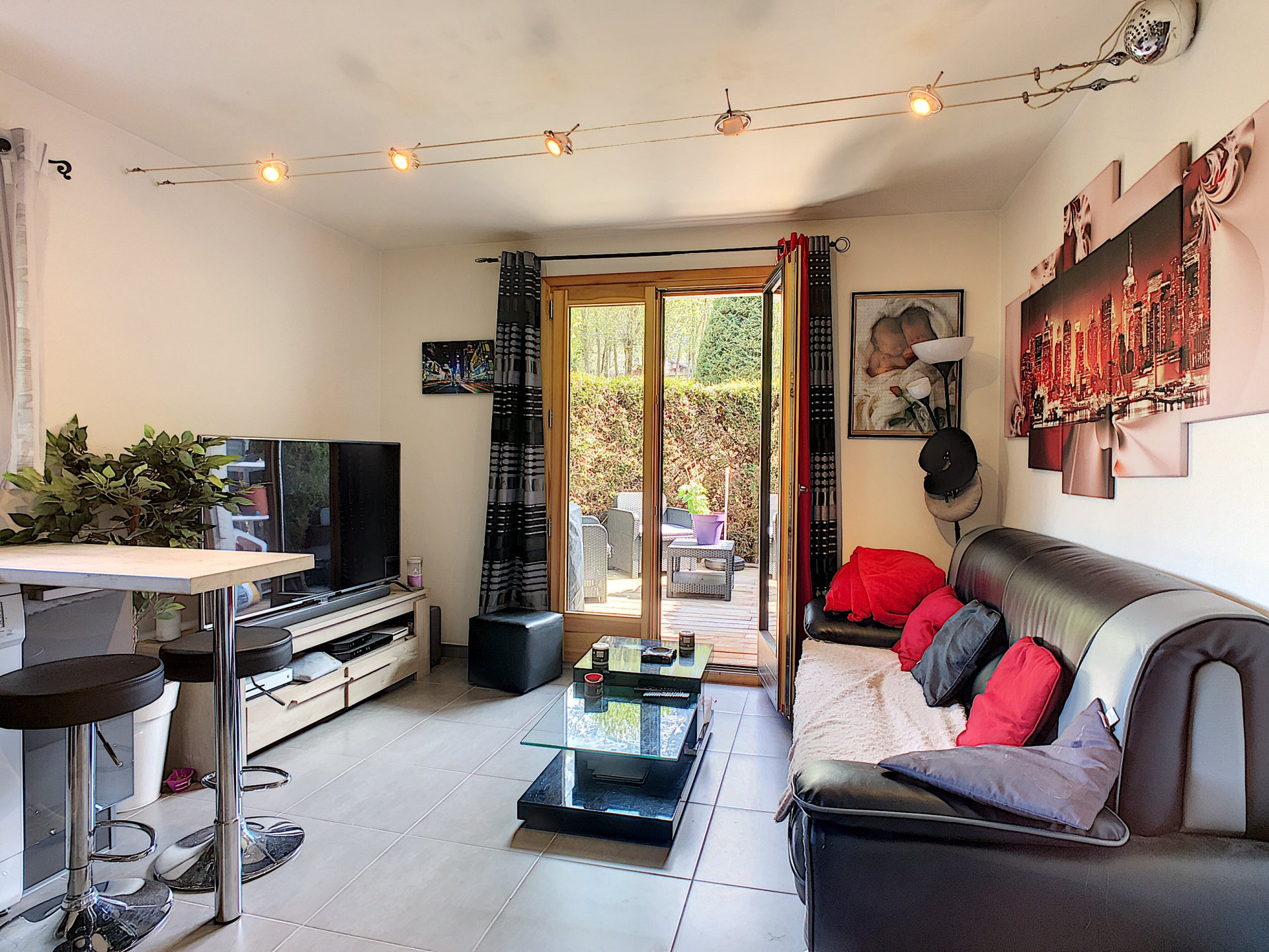 Bright living room with direct access to the garden