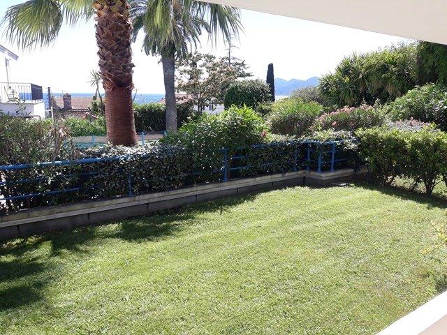 Köpa lägenhet i Cannes 3 rum och kök  swimmingpool terrass