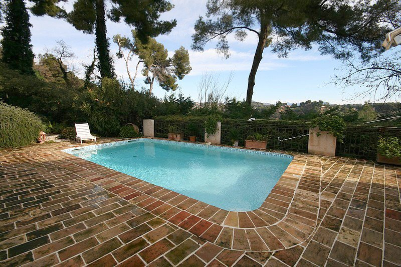 2 minutes' walk to the village of Saint Paul de Vence