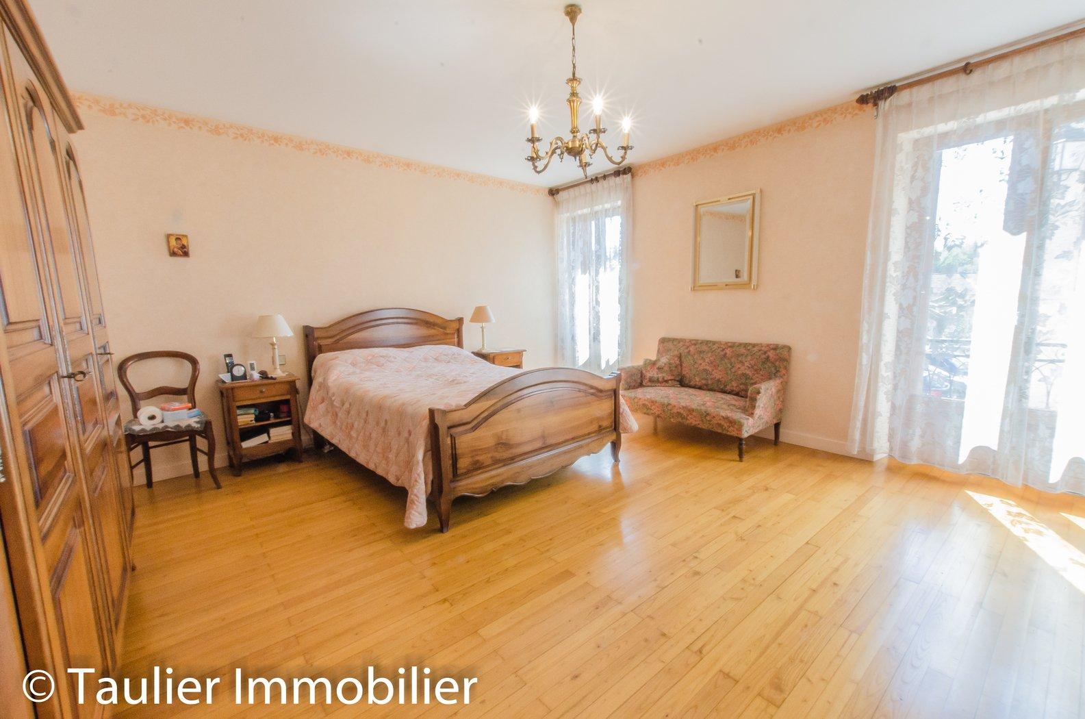 Grande chambre avec parquet,