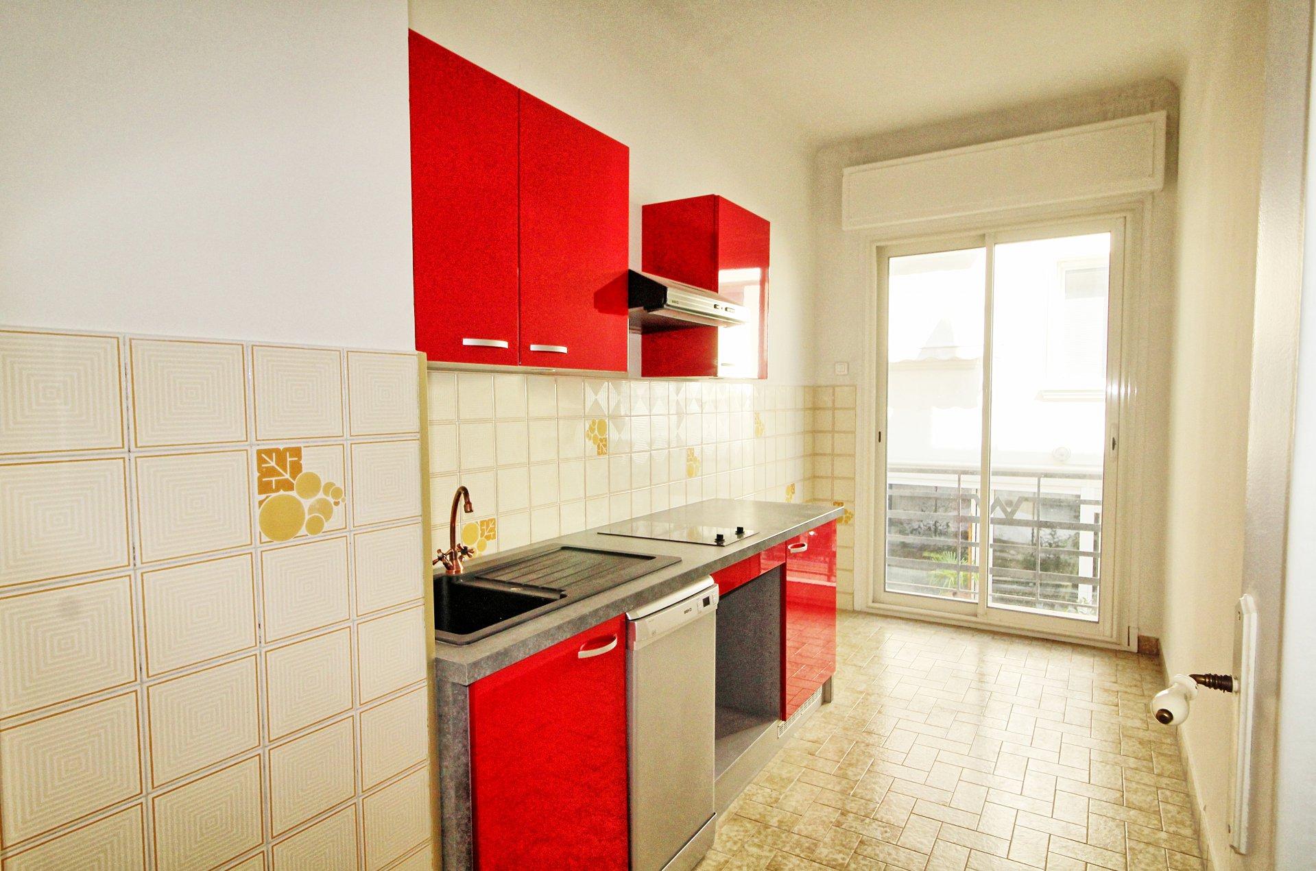 Cuisine, acier inoxydable, carrelage, deux pièces, appartement à vendre