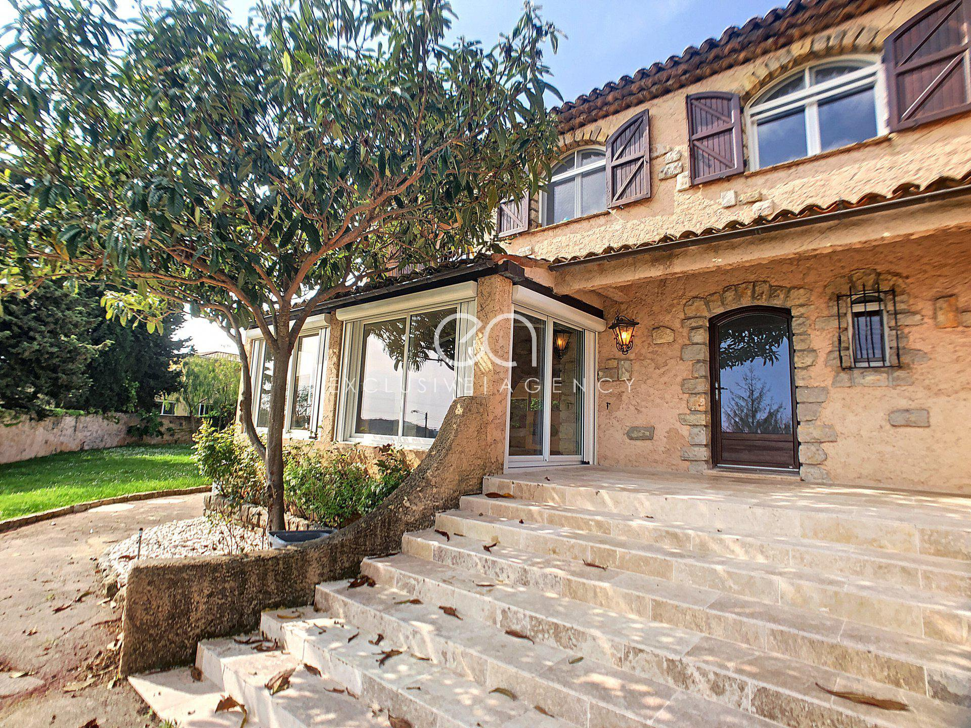 Mougins Saint Basile Renovated provençal villa of 262m2  with a swimming pool and garage.
