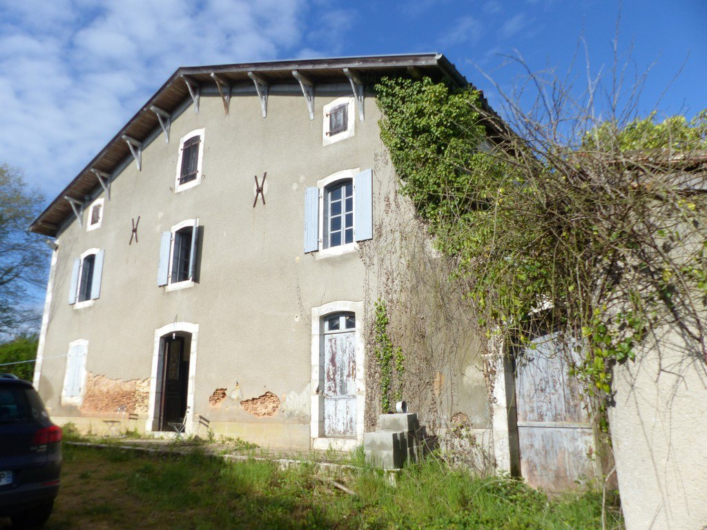 HABAS - An elegant country house to restore with 2.5 hectares of land.