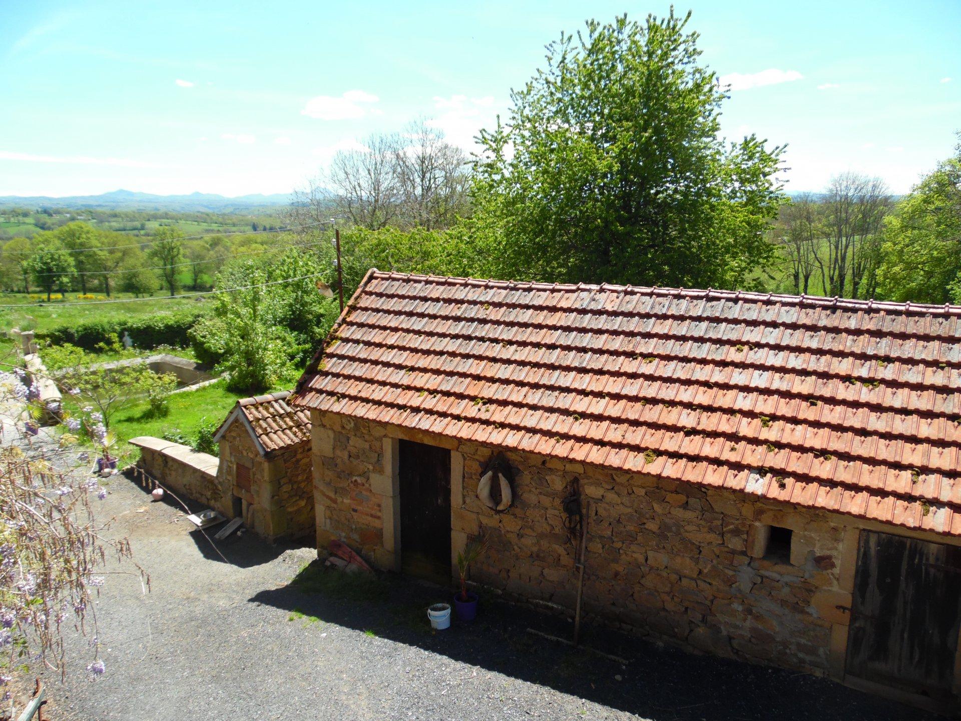 Te koop, groot woonhuis met bijgebouwen, grond en verbluffend mooi uitzicht.