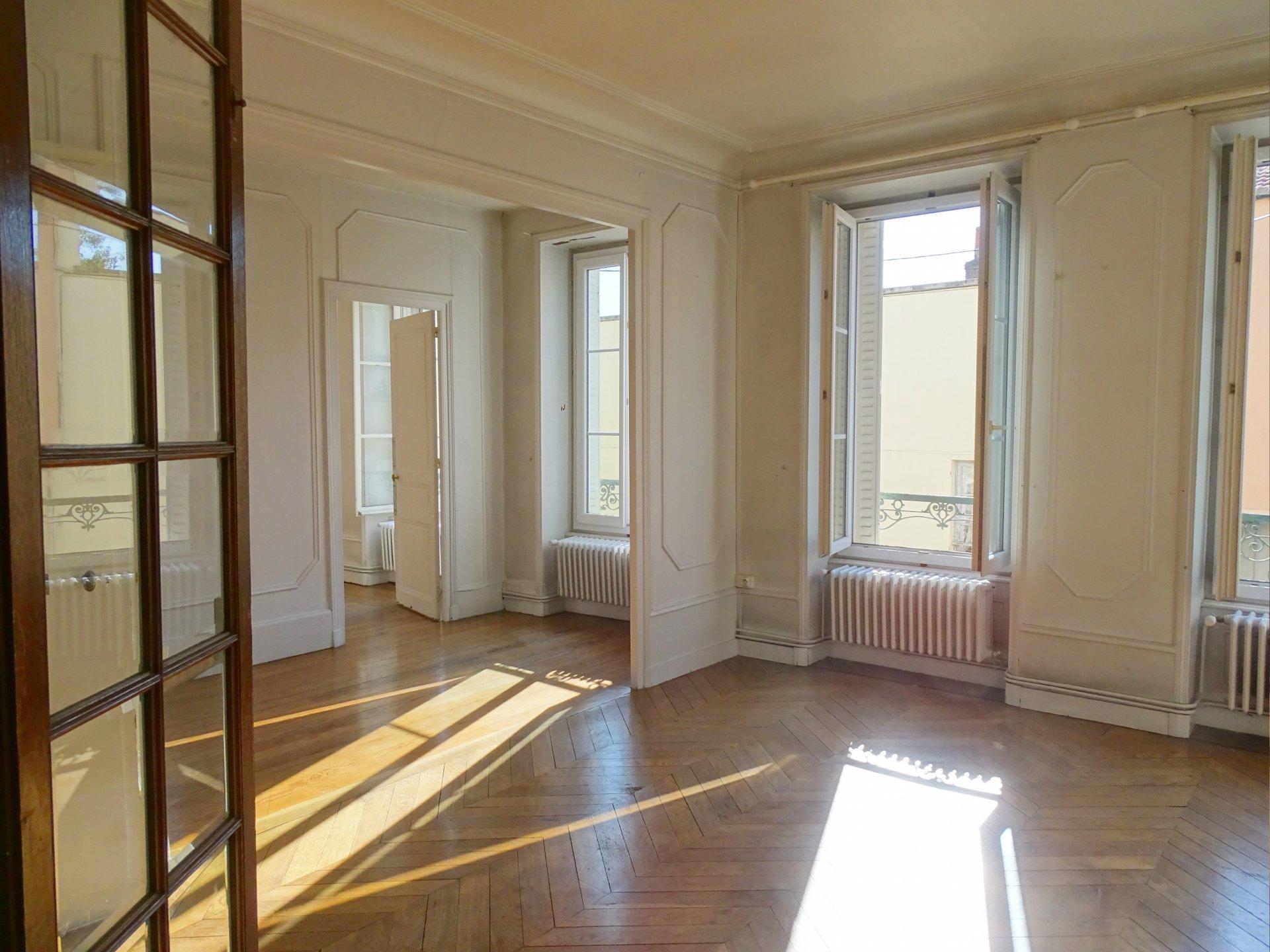 A proximité de tous les commerces et commodités de Mâcon, venez découvrir cet appartement plein de charme offrant une surface habitable de 165 m². Il dispose d'un lumineux salon, une grande salle à manger, une cuisine, un vaste cellier, une chambre avec salle de bains et dressing, chaufferie, et un toilette. A l'étage, vous trouverez deux chambres, un bureau, une salle de bains et des greniers aménageables. Vous serez séduits par le cachet que dégage cet appartement avec ses belles hauteurs sous plafond et ses volumes généreux. Ce bien possède également deux grandes caves, une place de parking privative. Copropriété à faibles charges. A noter :possibilité de créer une terrasse! Copropriété : 7 lots principaux - charges 600 euros par an. Honoraires à la charge du vendeur.