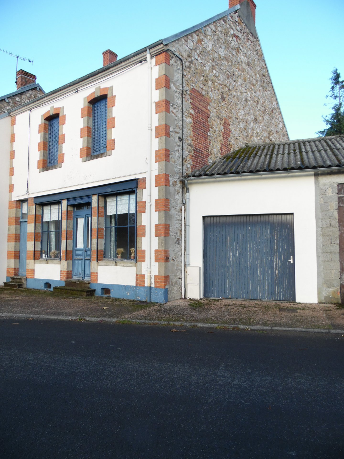 For sale in Auvergne house, garage and garden (418m²)