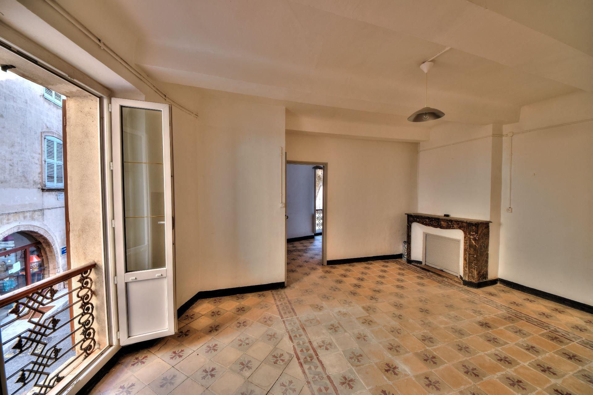 Séjour de l'appartement deux pièces 1er étage dans Immeuble de trois appartements + un studio à rénover, Aups, Var, Provence