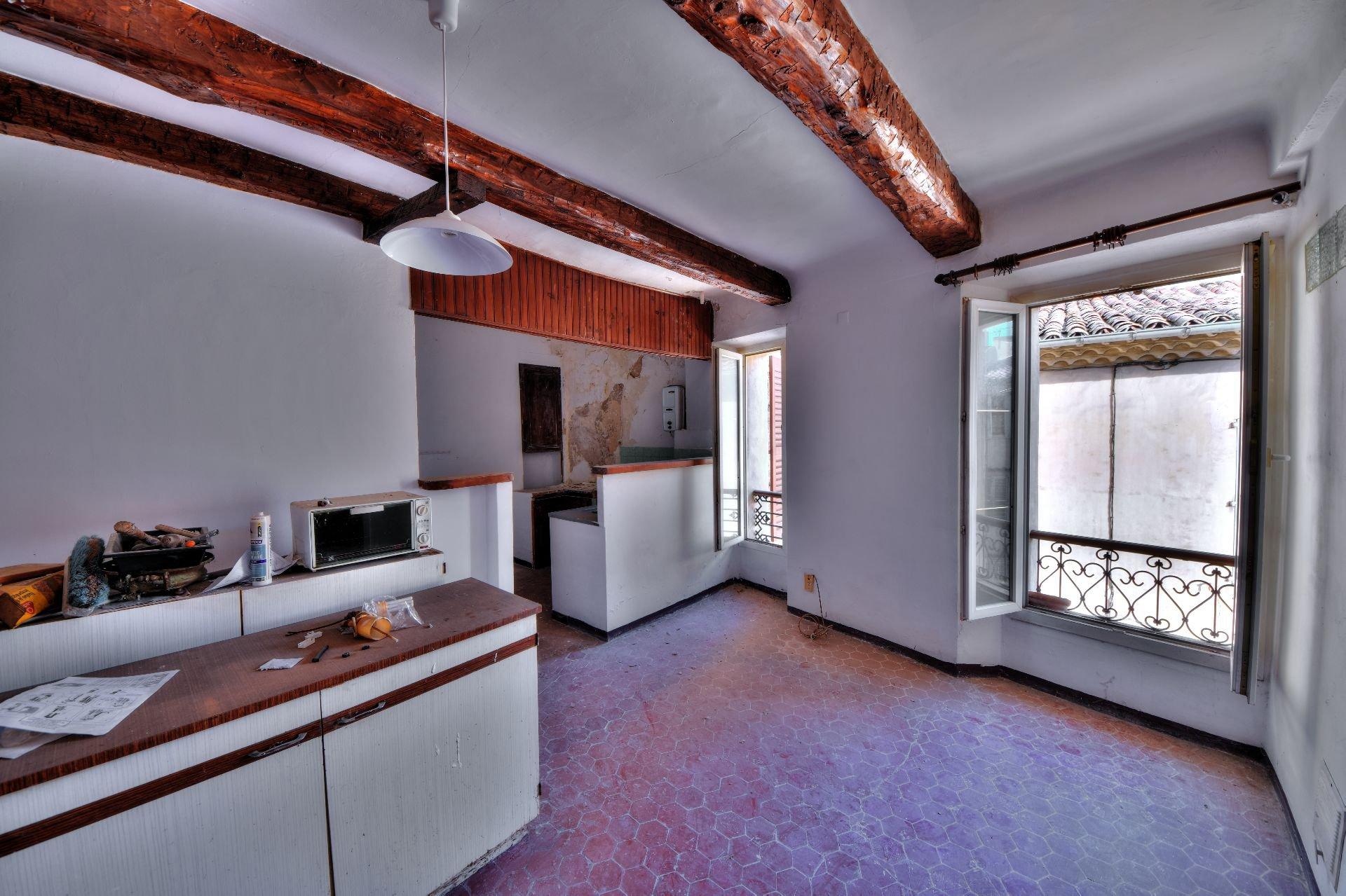 Cuisine de l'appartement deux pièces 3ème étage dans Immeuble de trois appartements + un studio à rénover, Aups, Var, Provence