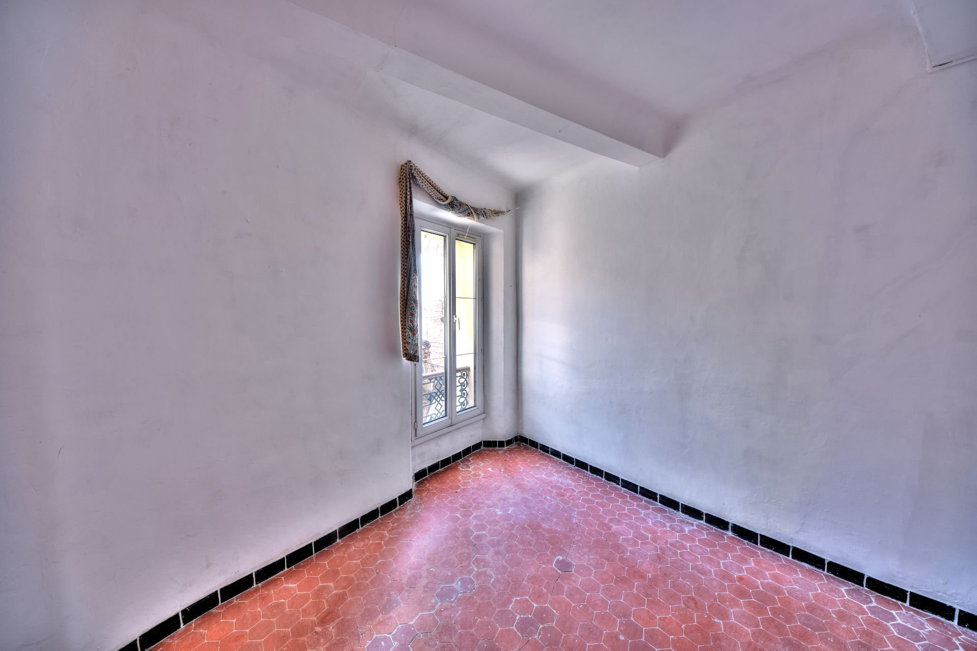 Chambre de l'appartement deux pièces 2ème étage dans Immeuble de trois appartements + un studio à rénover, Aups, Var, Provence