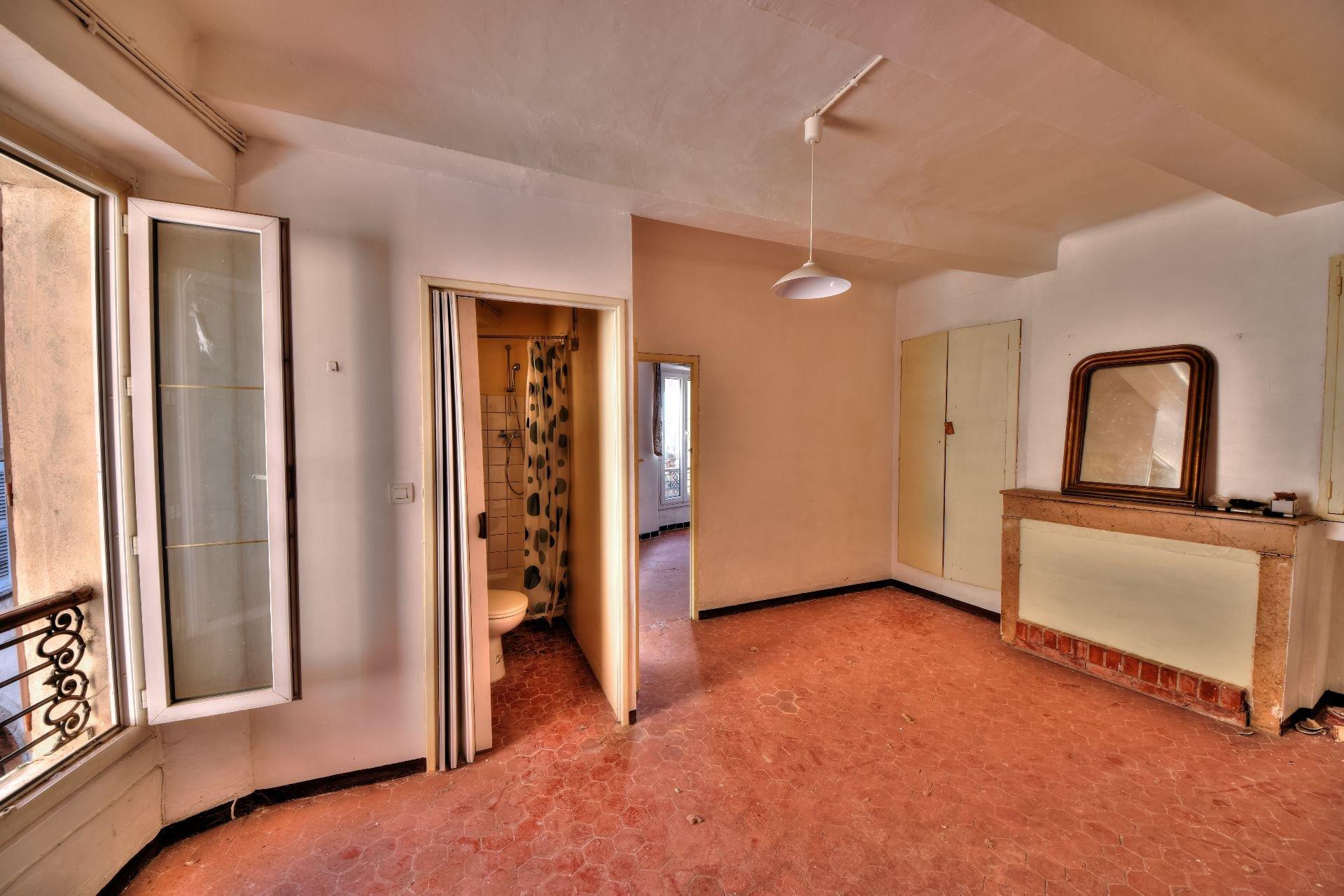 Séjour de l'appartement deux pièces 2ème étage dans Immeuble de trois appartements + un studio à rénover, Aups, Var, Provence