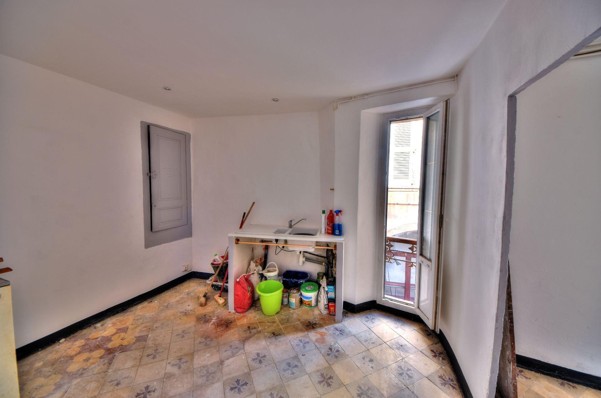 Cuisine de l'appartement deux pièces 1er étage dans Immeuble de trois appartements + un studio à rénover, Aups, Var, Provence