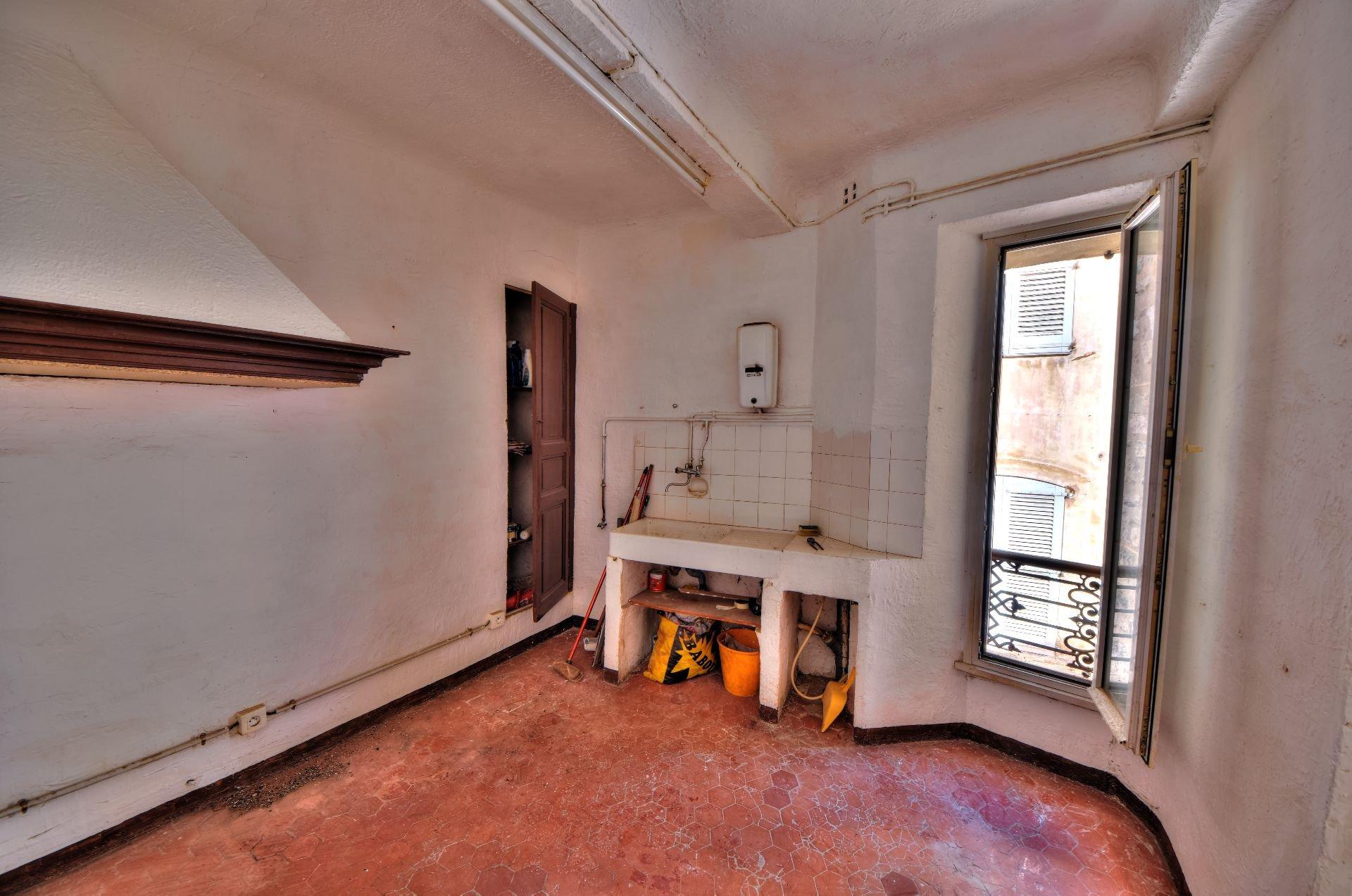 Cuisine de l'appartement deux pièces 2ème étage dans Immeuble de trois appartements + un studio à rénover, Aups, Var, Provence