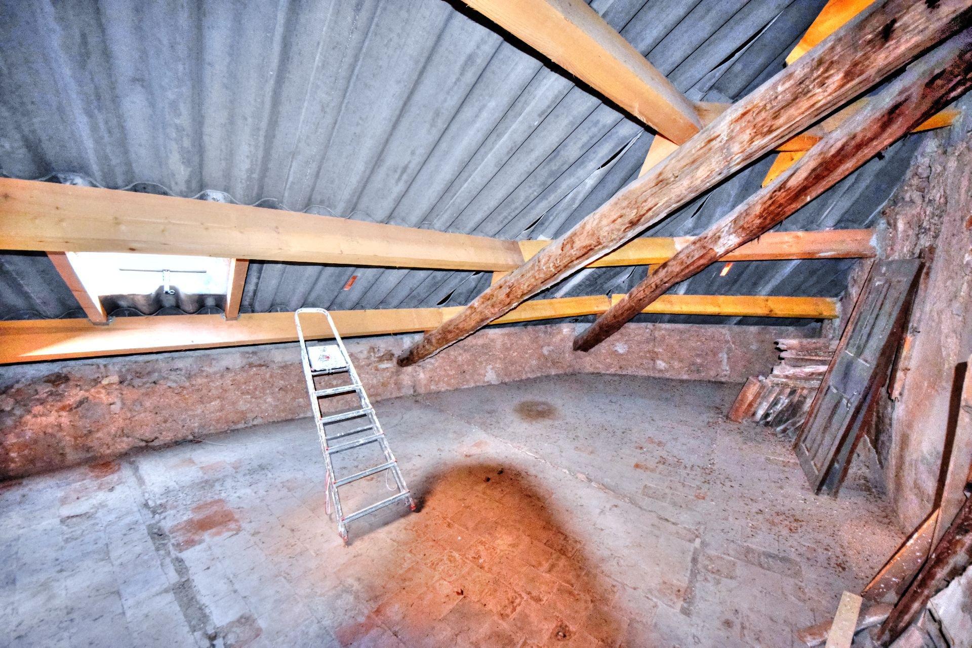 Grenier de l'appartement deux pièces 3ème étage dans Immeuble de trois appartements + un studio à rénover, Aups, Var, Provence
