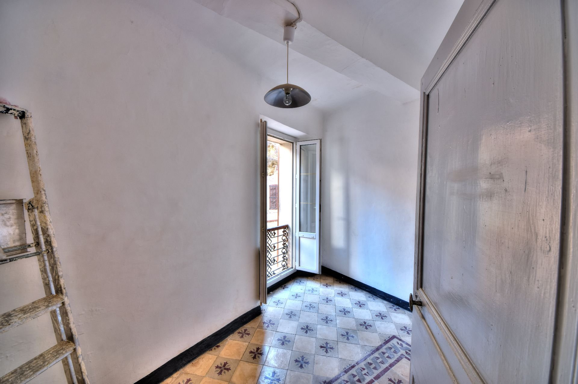 Chambre de l'appartement deux pièces 1er étage dans Immeuble de trois appartements + un studio à rénover, Aups, Var, Provence