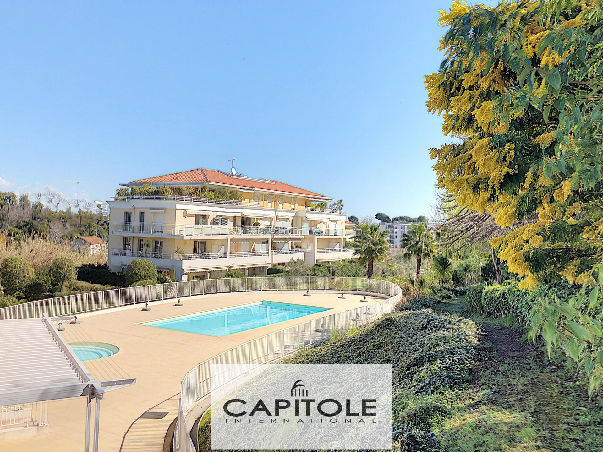 For sale, Antibes, sea view penthouse apartment 130m², 100 m² terrace, garages