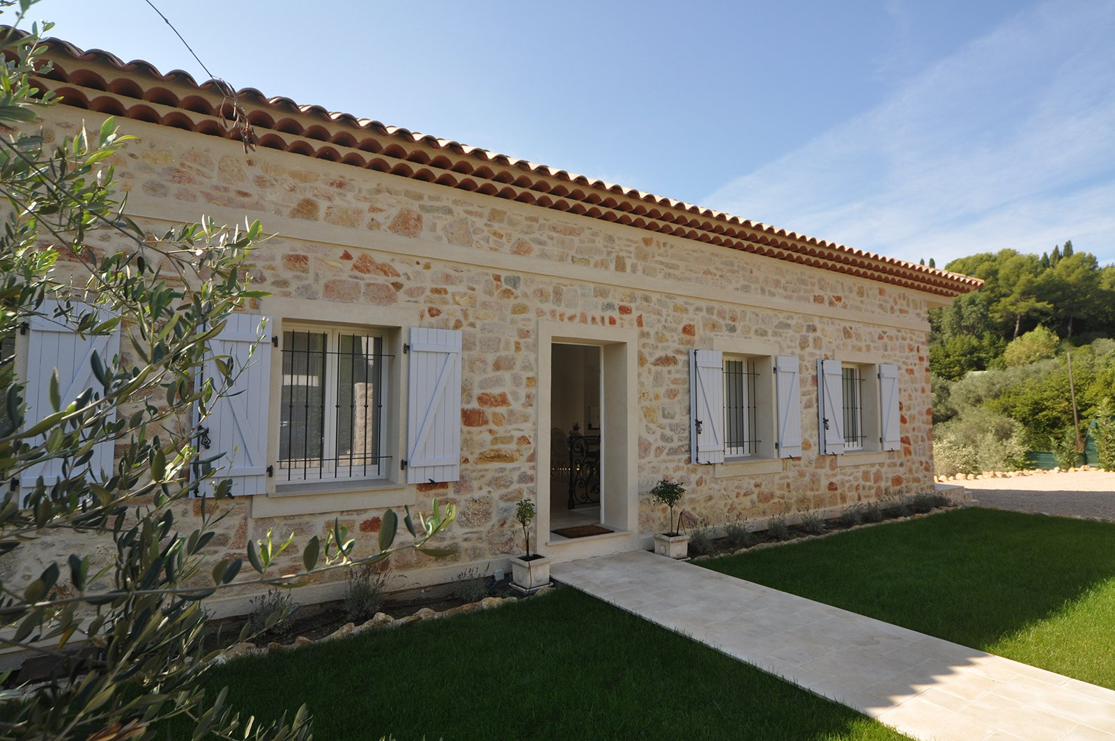 BRAND NEW STONE BASTID CLOSE TO SHOPPING AREA