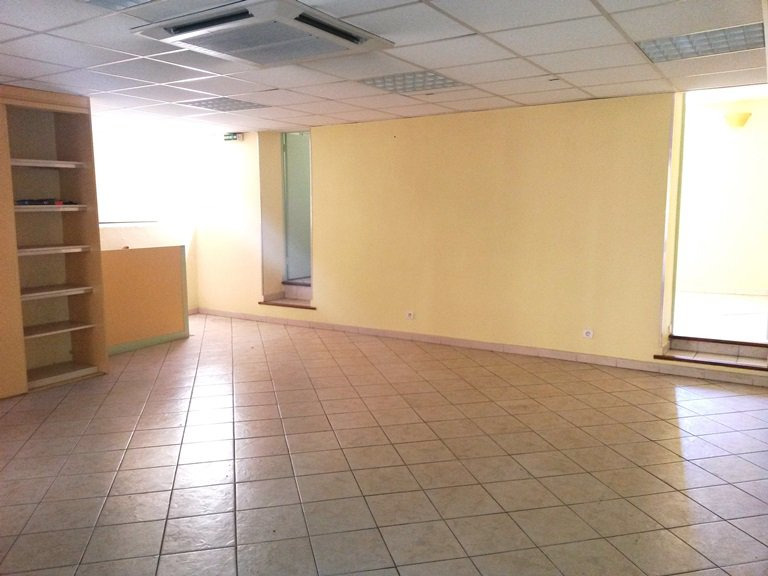 Commercial premises of 120 m2 with yard