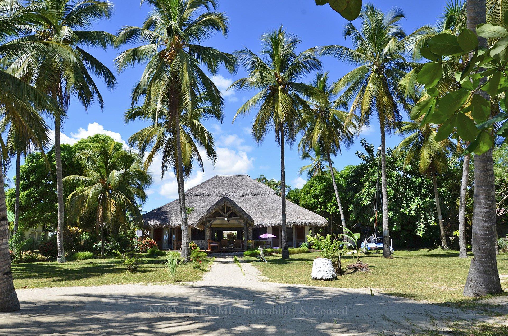 La villa et sa cocoteraie sur plage