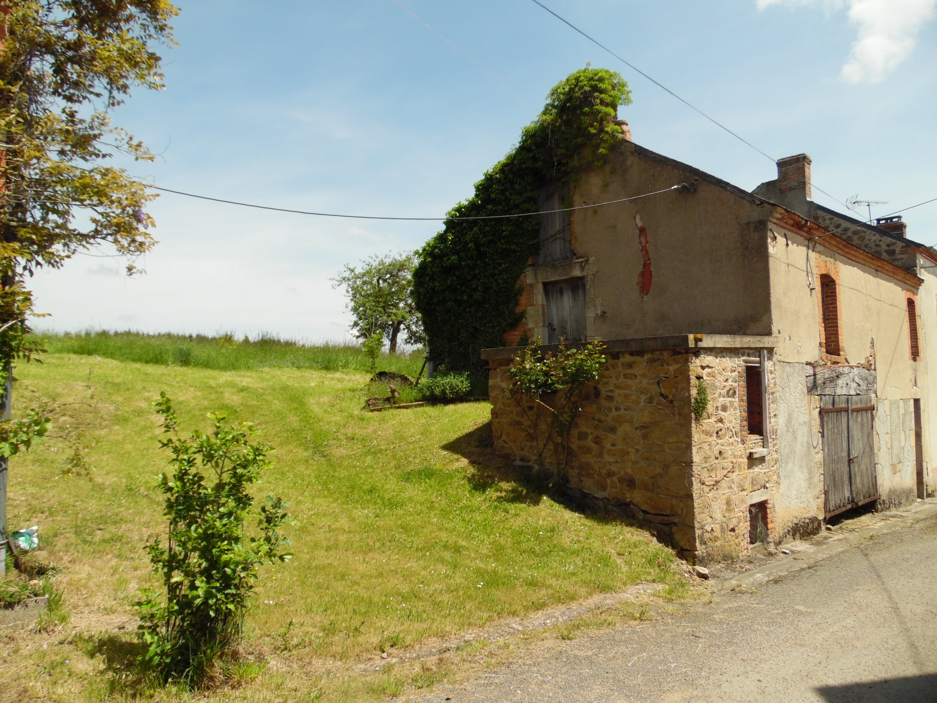 For sale in the Creuse, region Limousin, house with outbuilding.