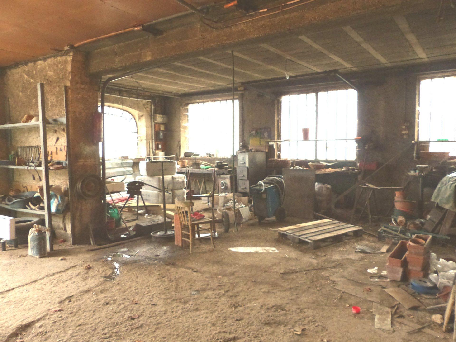 A 5 mn de la Roche Vineuse (nord-ouest de Mâcon), au c?ur du charmant village de Verzé, maison à rénover disposant d'un superbe potentiel.  Elle se compose d'une partie habitable de 155 m² avec entrée, cellier, cuisine, grand salon et trois chambres (16,21 et 16m²). Au rez de chaussée, elle dispose de la même surface avec un grand garage, atelier, caves. Belles ouvertures, possibilité d'aménager cette partie ainsi que des combles de 100 m².   Le plus: la maison donne sur une cour de 336 m², exposée plein sud.  Travaux à réaliser mais très beau potentiel avec de nombreuses possibilités d'aménagement, à visiter sans tarder! Honoraires à charge vendeurs.
