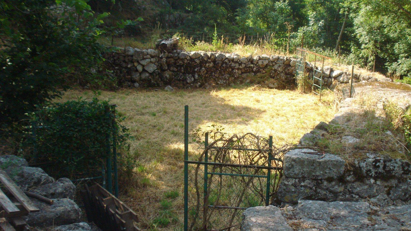 Maison de  hameau avec jardin bord de rivière et un terrain proche