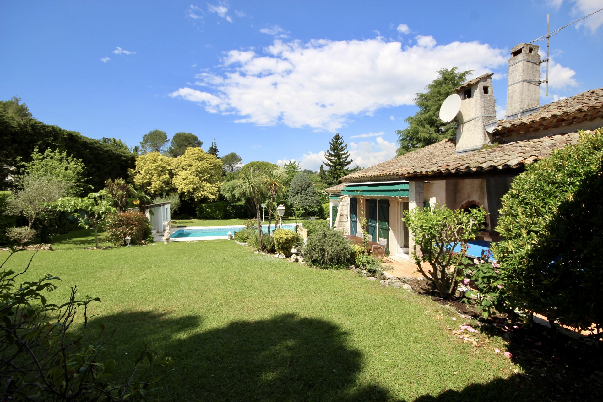 Large Provencal villa with swimming pool and tennis court, walking  distance from the village of Valbonne